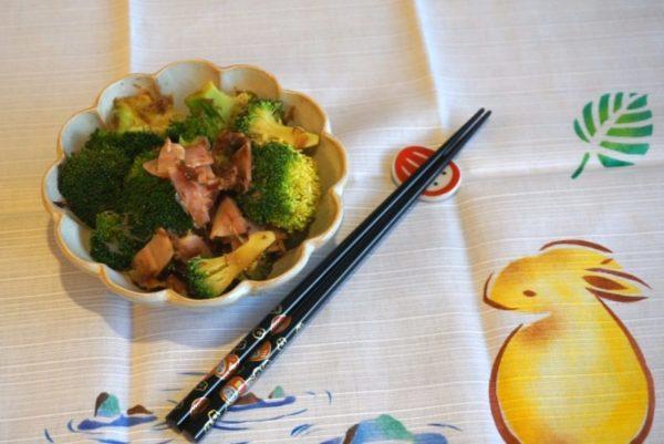 Salade de brocoli, jambon et bonite séchée