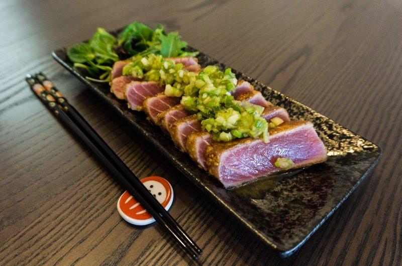 Thon juste saisi au sésame et sauce au wasabi