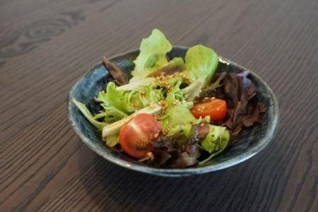 Salade avec sauce surée-salée au sésame