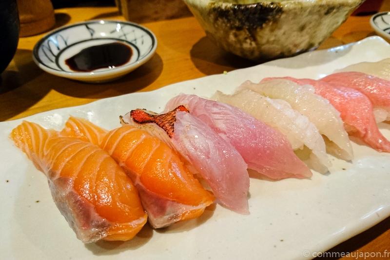 De délicieux sushi que l'on accompagne avec une pointe de sauce soja