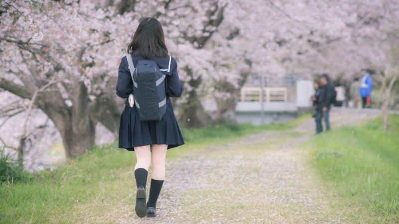 Une collégienne allant à l'école